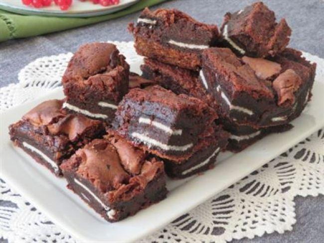 Brownie de chocolate y galletas oreo