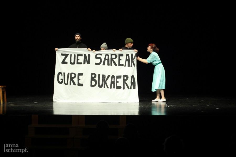 fotografía teatro itsasoari negar by anna schimpf