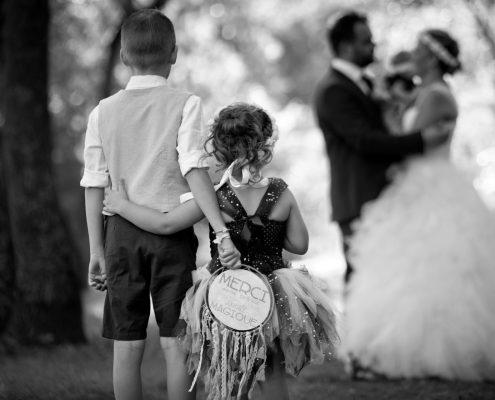 séance photo après le mariage avec les enfants des mariés au domaine du moulin de l'arc