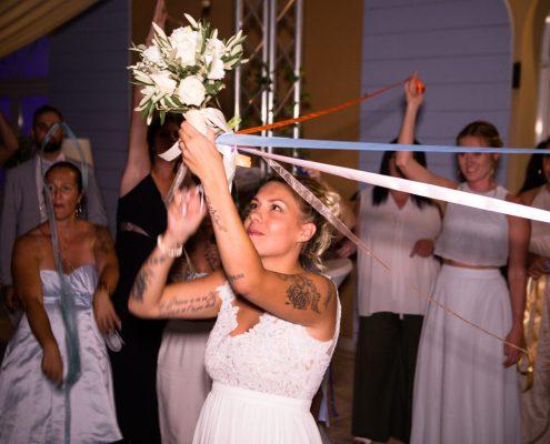 le bouquet de la mariée avec les rubans mariage aux mas des auréliens