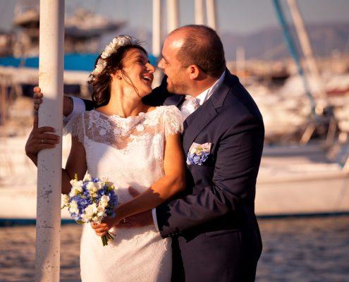 séance photo de couple mariage sur le port de marseille