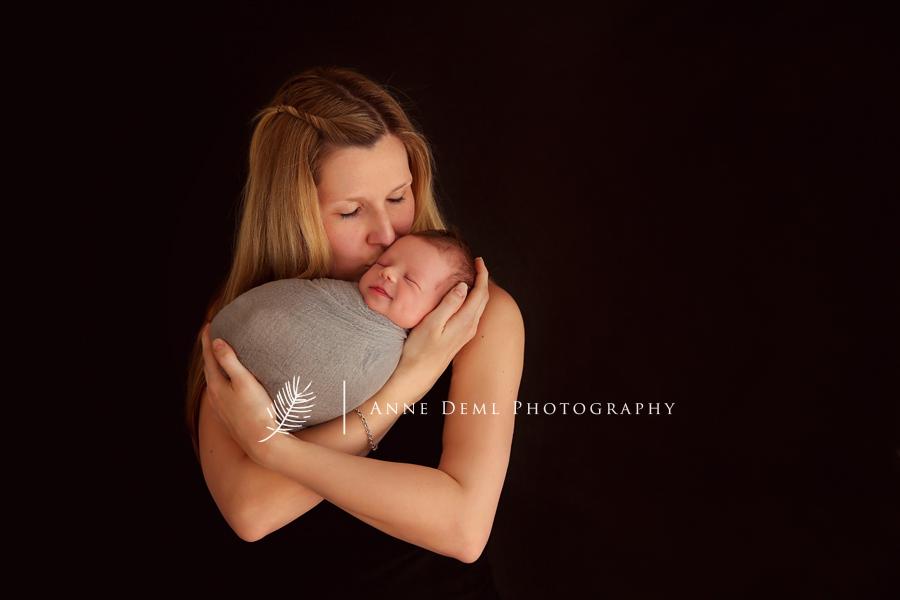 Professionelles Neugeborenenshooting mit Raphael  Babyfotograf Anne Deml