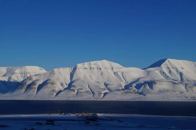 Vista from the town of longyearbyen on svalbard to the other shore of the bay