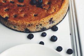 Glutenvrije ricottataart met blauwe bessen en cacao
