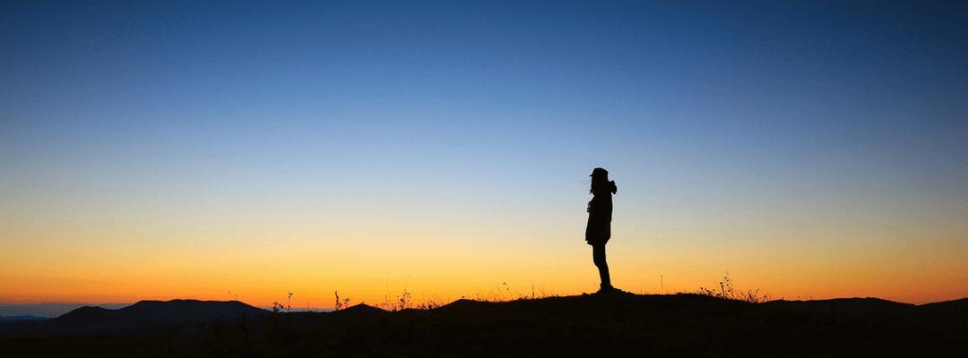 Person am Horizont bei Sonnenaufgang