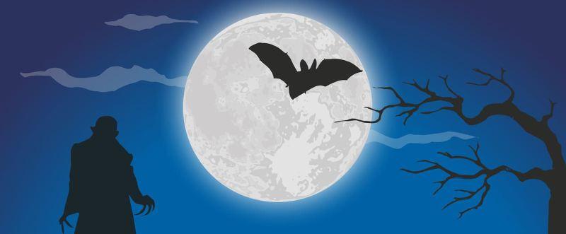Vampir steht im Vollmondlicht