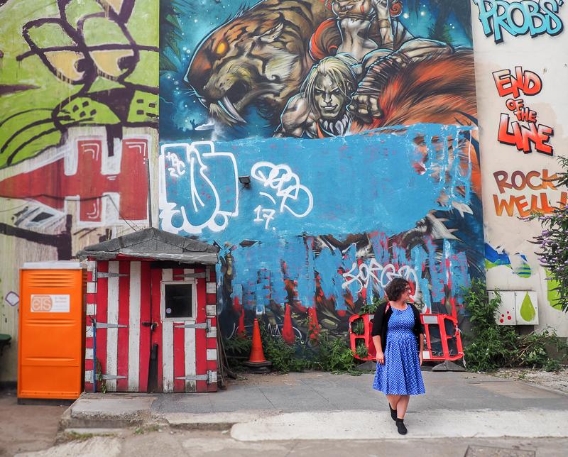 Annie Anywhere dans une ruelle de Londres.
