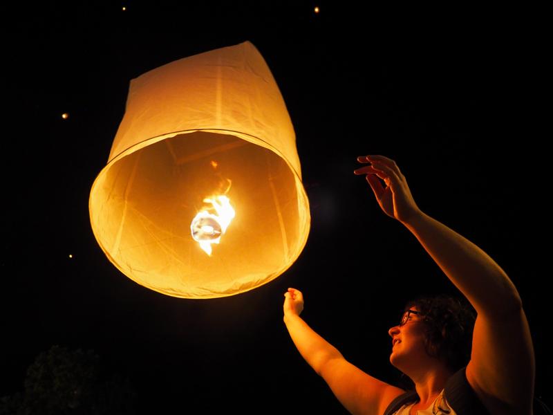 Annie lâche un lanterne à Chiang Mai.