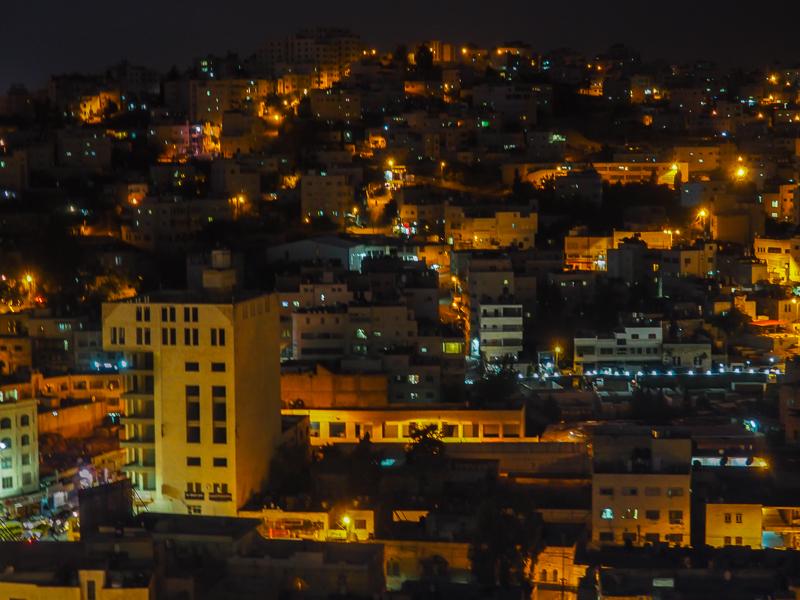 Panorama de la ville de Hebron de nuit