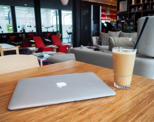 Bureau d'une nomade digitale : le lobby de l'hôtel Citizen M à Paris.