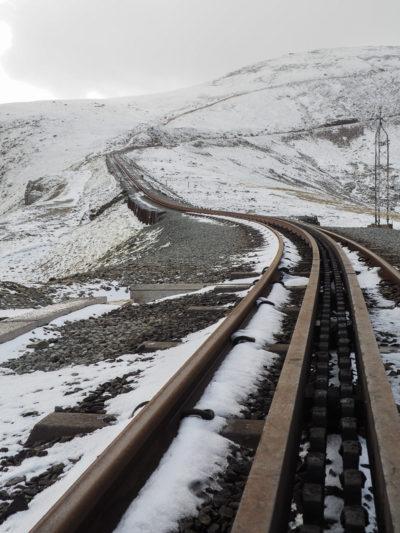 Rail de train sous la neige sur le mont Snowdon.