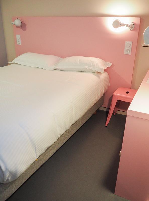 Chambre rose au COTO Hotel à Beaune en Bourgogne.