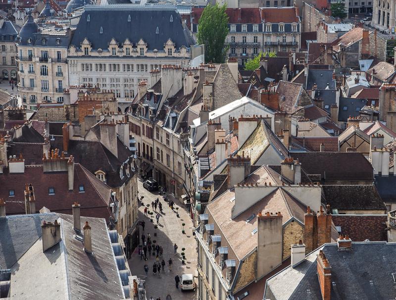 Rue piétonne de Dijon vue de la Tour Philippe LeBon