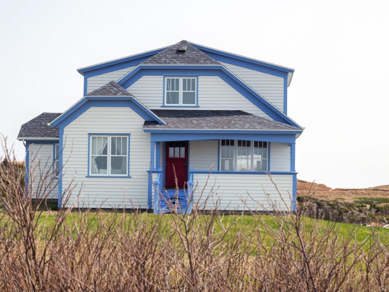 Maison blanche et bleue aux Îles de la Madeleine