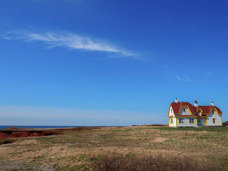 Maison près d'une falaise aux Îles de la Madeleine.