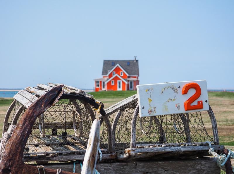 Maison orange aux Îles de la Madeleine.