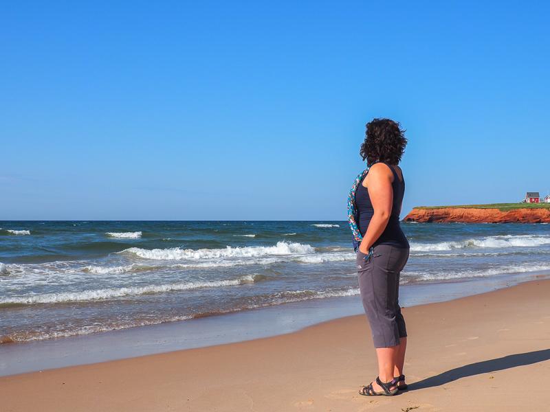 Annie sur les plages des Îles de la Madeleine en été
