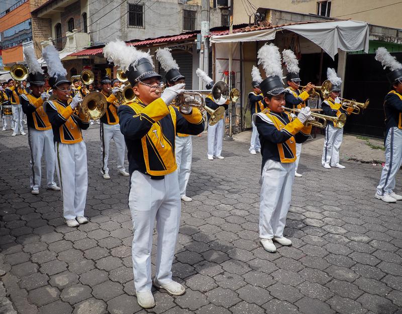 Fanfares lors de la Fête de l'Indépendance du Guatemala, à Panajachel
