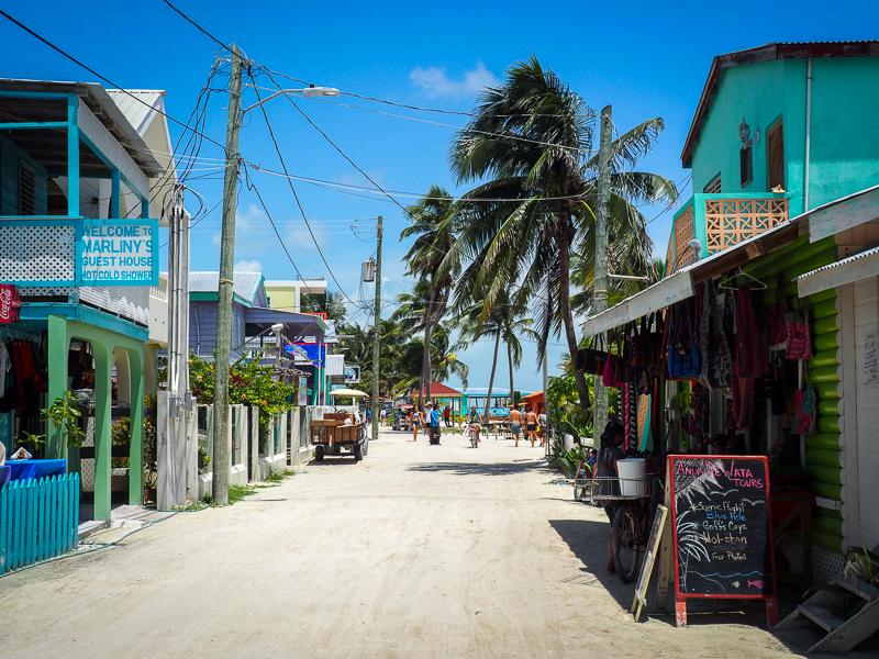 Rue typique de Caye Caulker au Belize