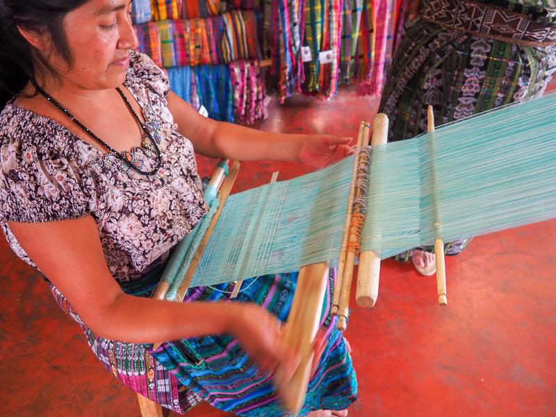 Tissage traditionnel dans le village de San Juan au Guatemala