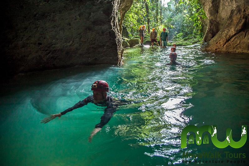 Entrée de ATM Cave dans la forêt tropicale