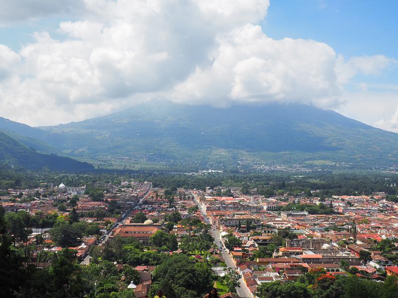 Vue panoramique d'Antigua, Guatemala, au sommet du Cerro de la Cruz.
