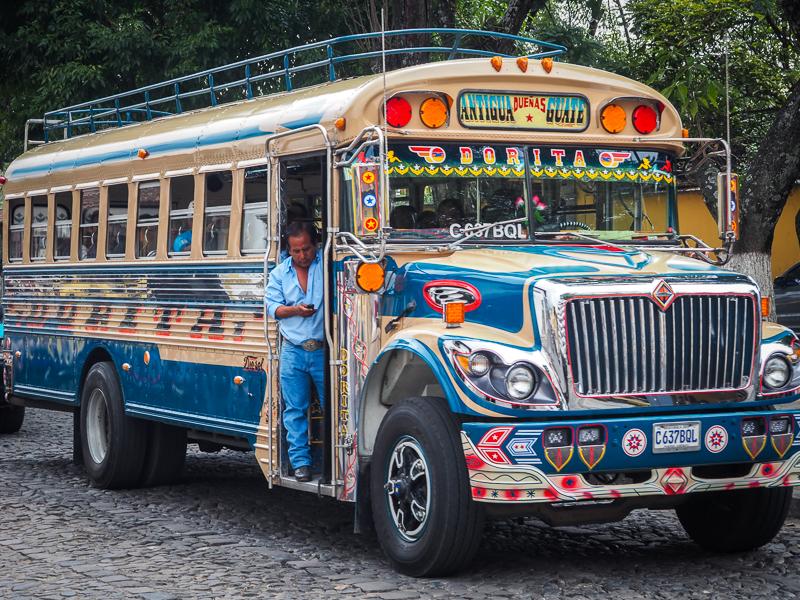 School bus reconvertis en transport coloré dans la ville d'Antigua au Guatemala