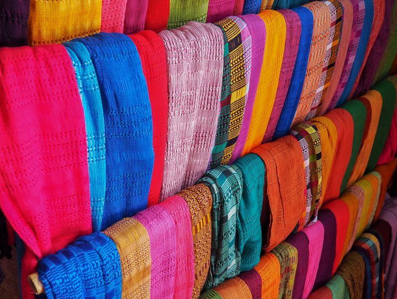 Foulards tissés à la main dans le village de San Juan La Laguna