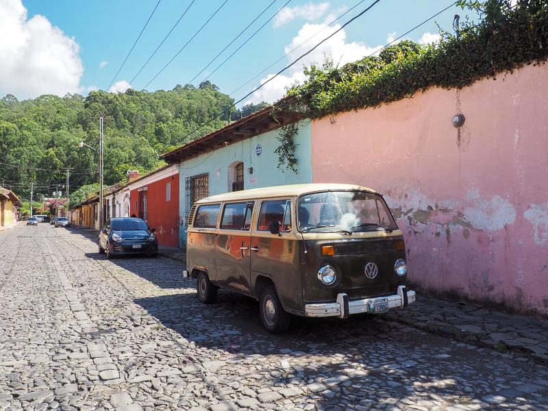 Rue typique dans la ville d'Antigua au Guatemala