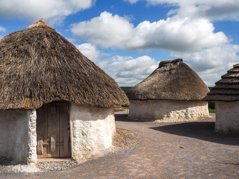 Reproductions de maisons de la période néolithique à l'extérieur de Stonehenge