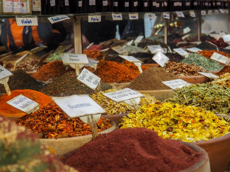 Étalage d'épices au marché Mahane Yehuda de Jerusalem