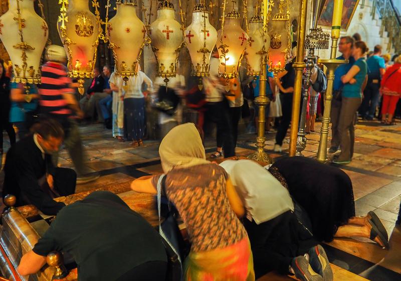 Croyants en train de prier dans l'Eglise du St-Sepulcre de Jerusalem