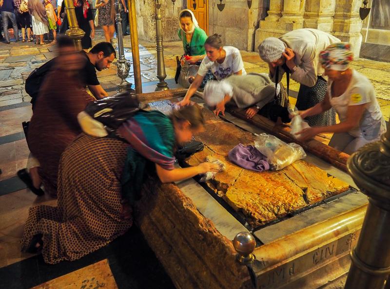 Croyants en train de prier sur la pierre d'onction à Jerusalem
