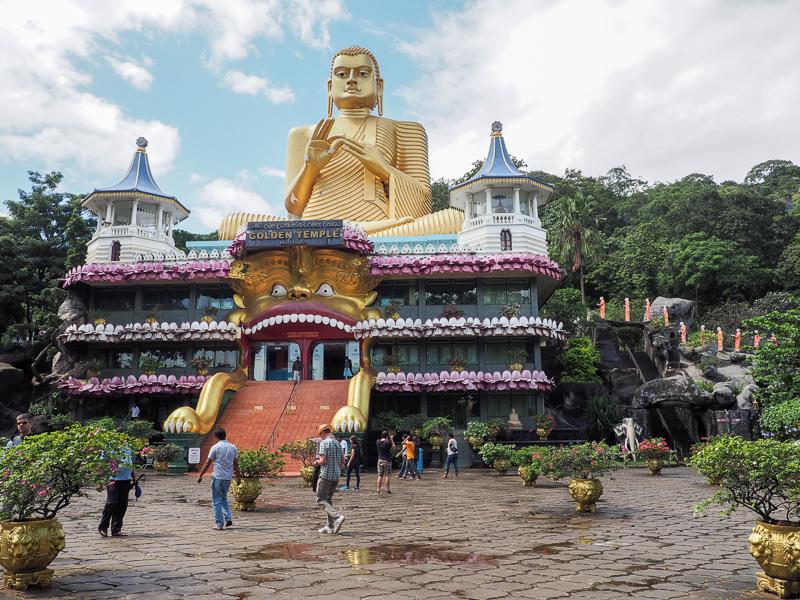 Entrée du Temple d'Or de Dambulla au Sri Lanka