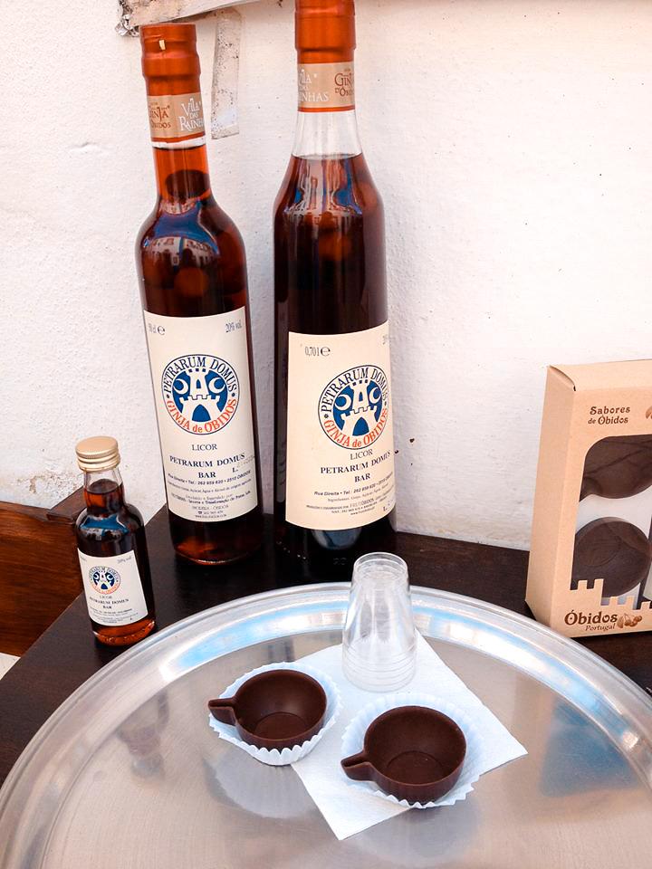 Boisson traditionnelle d'Obidos: la Ginjinha. Une boisson alcoolisée aux cerises