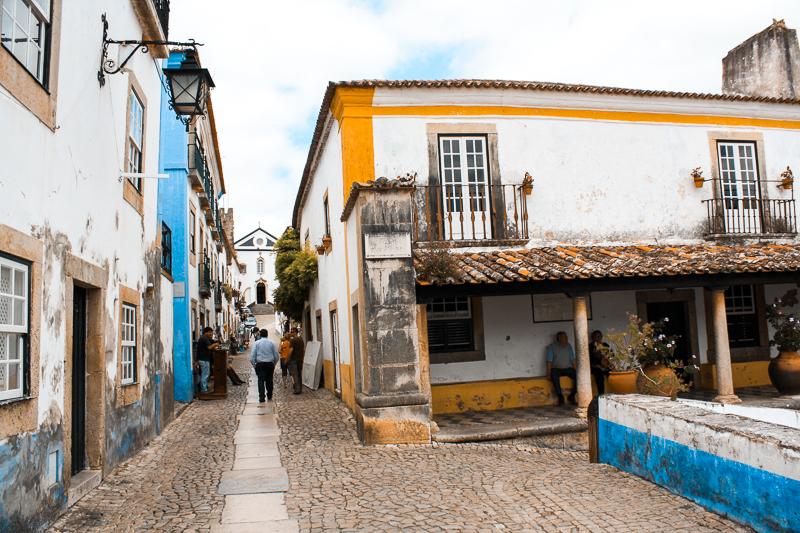 Rue typique du village d'Obidos au Portugal