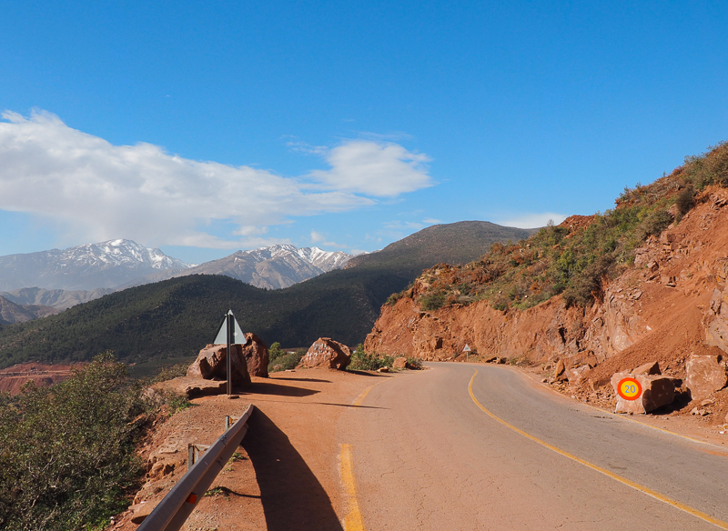 Route à travers les montagnes du Haut Atlas au Maroc