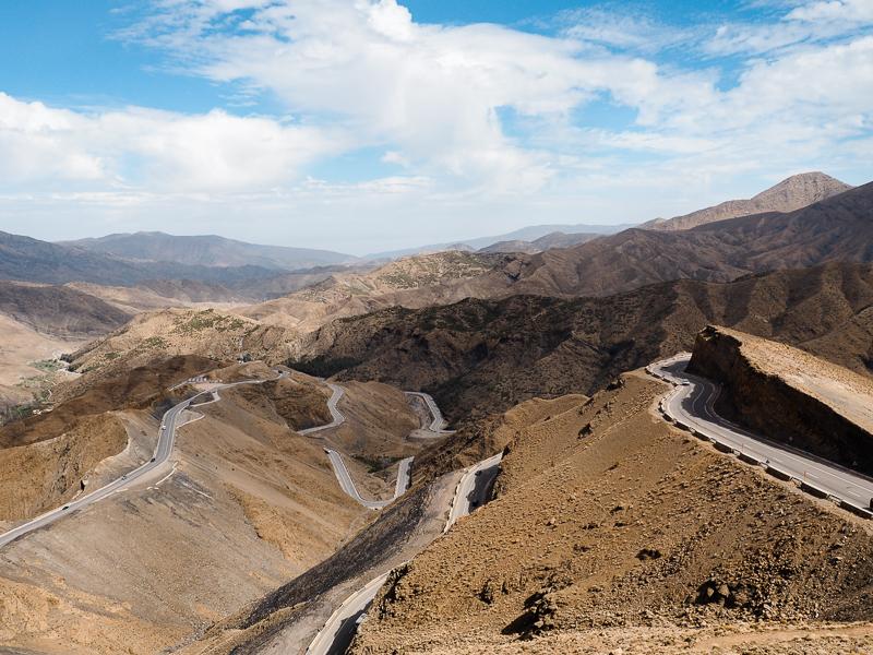 Routes sinueuses dans la Vallée du Dadès au Maroc