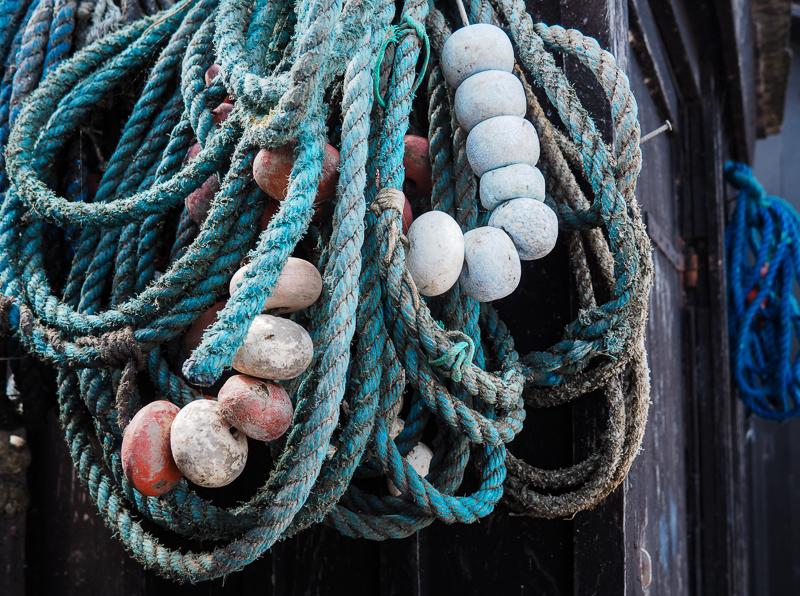 Cordes à pêche accrochées à une maison dans la ville d'Étretat
