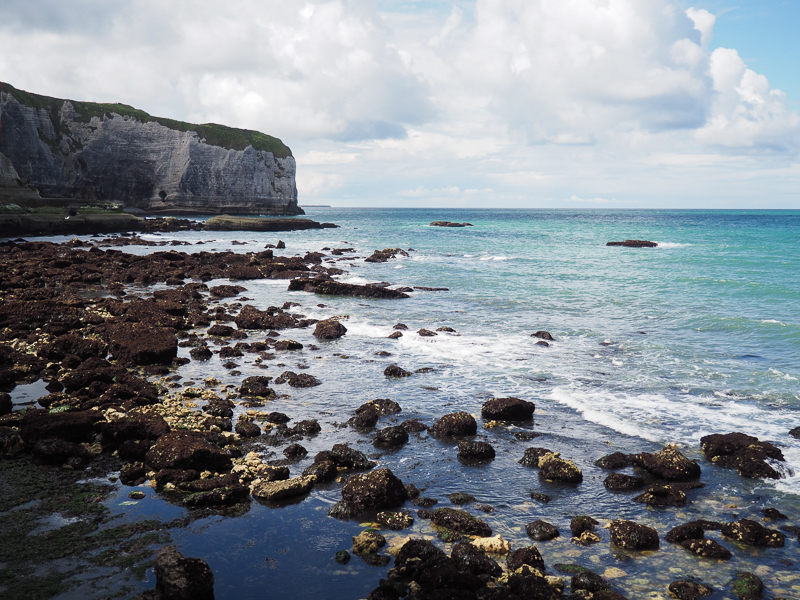 Mer touchant les falaises d'Étretat