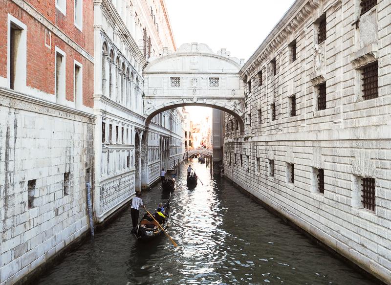 Le célèbre pont des Soupirs à Venise
