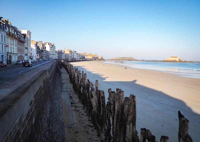 Promenade sur le bord de la plage à Saint-Malo en Bretagne