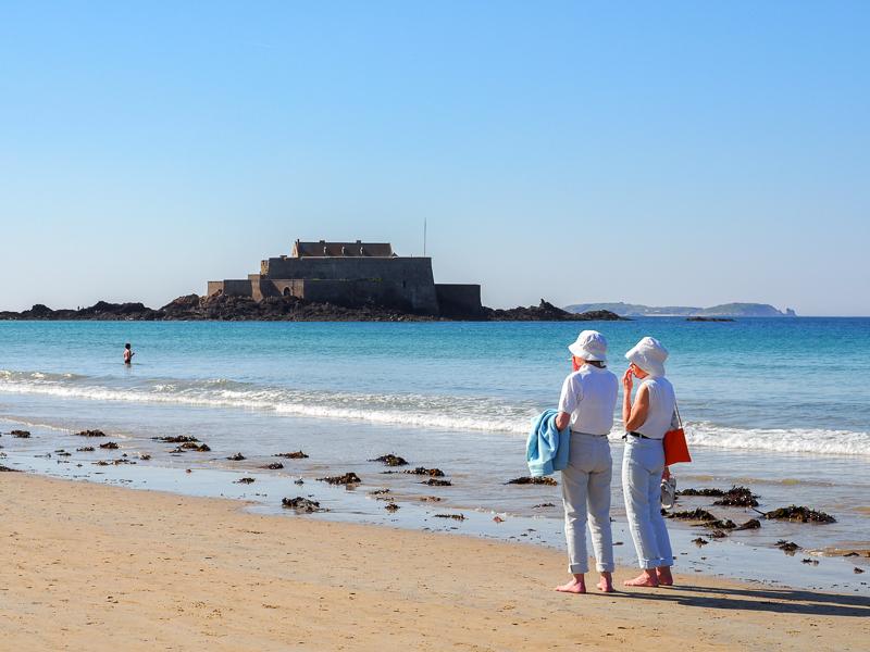 Mamies prenant une marche sur une plage de Saint-Malo