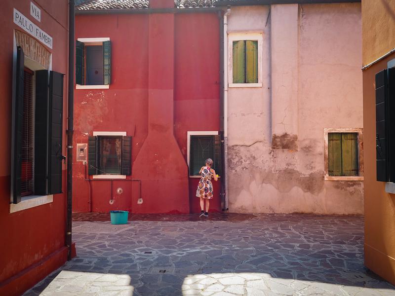 Tout un travail d'entretenir les maisons colorées de Burano