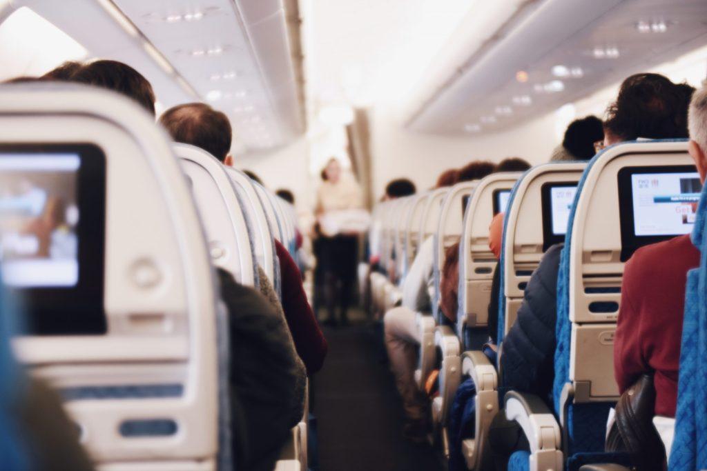Intérieur d'un avion avec passagers