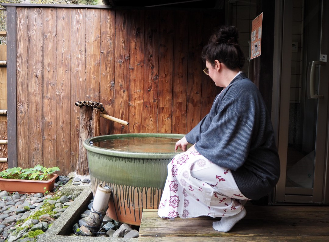 Onsen privée dans une auberge japonaise traditionnelle, nommée ryokan