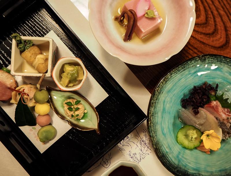 Repas traditionnel servi dans un ryokan près de Kyoto au Japon