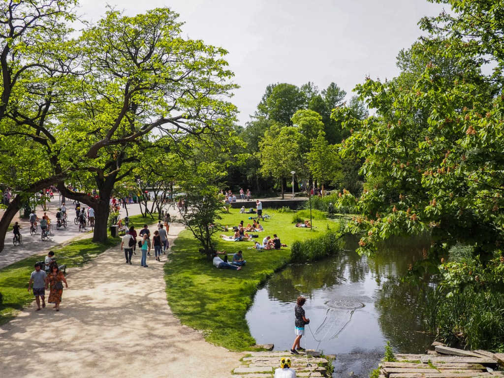 Personnes flânant au Vondelpark d'Amsterdam par une journée d'été