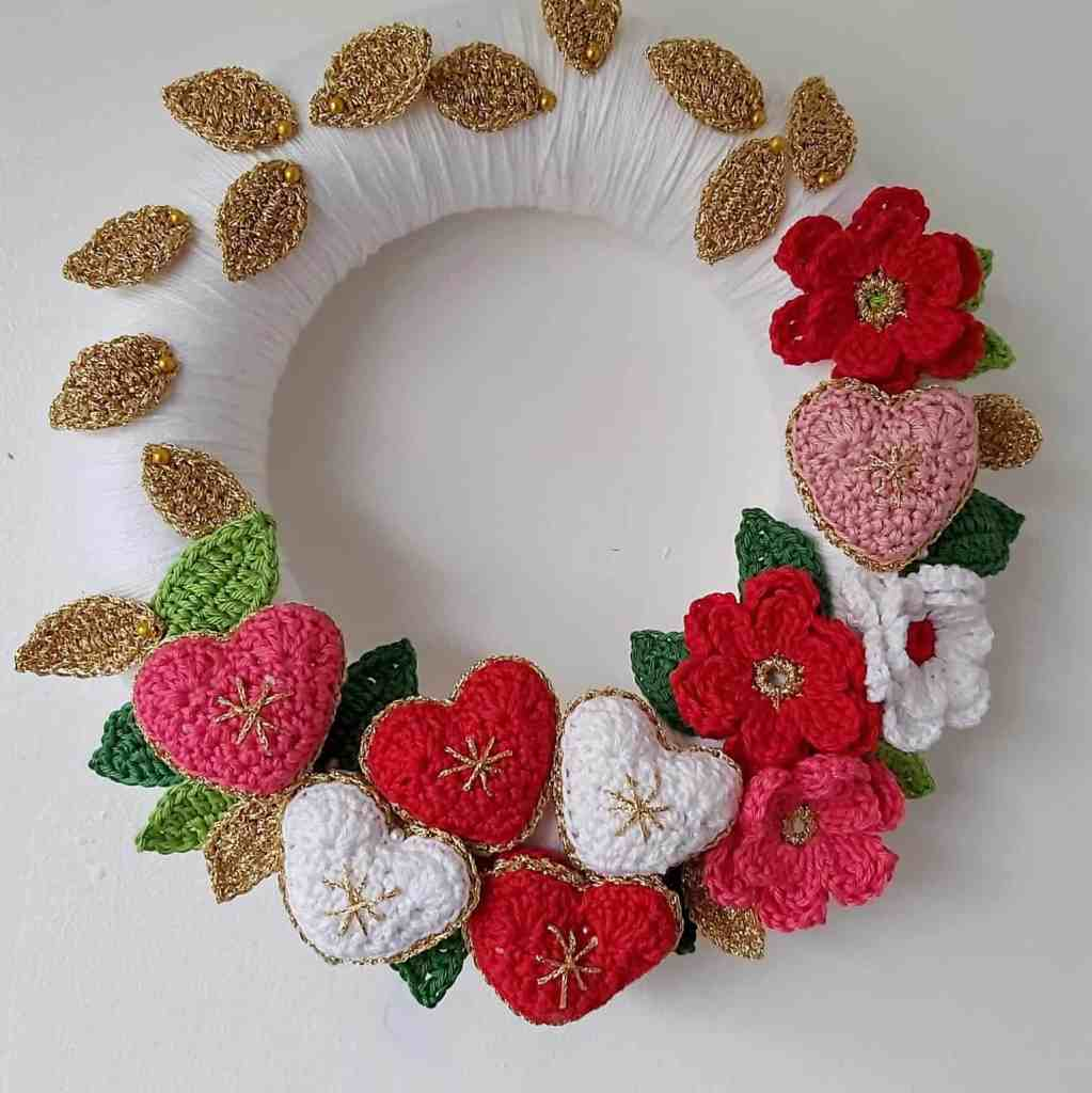 Crochet Christmas Wreath with Flowers and Hearts – Free Pattern