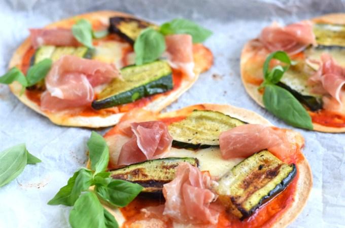 Mini pizza's met gegrilde courgette en parmaham